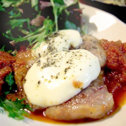 エキストラバージンオリーブオイルと肉用スパイスを使ったモッツァレラチーズと豚肉の